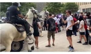 George Floyd protestolarında atlı polis, göstericiyi ezdi!
