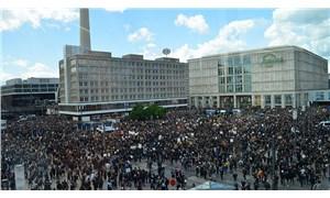 Berlin'de on binlerce kişi George Floyd için yürüdü
