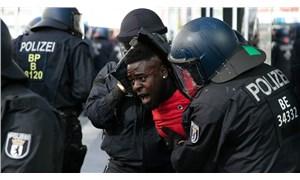 Berlin'de polis şiddeti ve aşırı sağın polis teşkilatındaki etkisi tartışılıyor