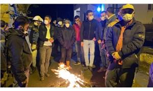 Deprem bölgesinde yurttaşlar geceyi ateş başında geçiriyor