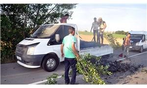 Mangal kömürü taşıyan kamyonetin kasasına izmarit attılar