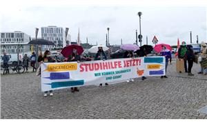 Öğrenciler Berlin'de eylemde: Bakan bizimle alay ediyor!