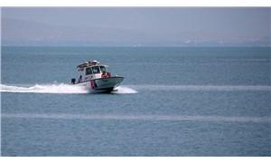 Van'da batan tekneyi arama çalışmalarına Deniz Kuvvetleri'nden de ekip katılıyor