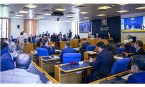 Komisyon'da 'düğmeli cübbe' protestosu: Saray'a gönderin