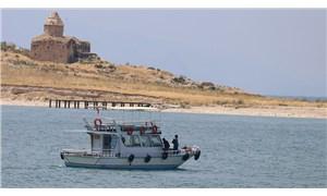 Van Gölü'nde batan tekne için yapılan aramalarda bir kişinin daha cansız bedenine ulaşıldı