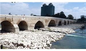 """16 asırlık köprüye yine sprey boyayla """"Uğur Bayram 01"""" yazdılar"""