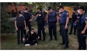 Polis parkta oturmak isteyen bir kadın avukata müdahale ederek dışarı çıkardı!