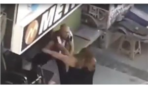 İzmir'de bir erkek, arabasını dükkanının önüne park ettiği gerekçesiyle bir kadına şiddet uyguladı