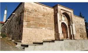 700 yıllık kervansarayın taş duvarlarını çimento ile sıvadılar