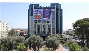 """Buca Belediyesi'nden """"İstanbul Sözleşmesi Yaşatır"""" pankartı"""