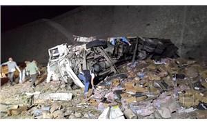 Erzurum'da dinamit yüklü kamyon devrildi: 2 can kaybı