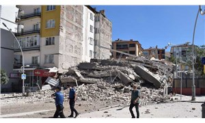 Malatya'da bir bina kontrollü olarak yıkıldı, yan binada ağır hasar oluştu