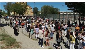 Madrid'de okul öncesi zorunlu tutulan Covid-19 testi için uzun kuyruk
