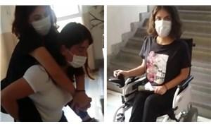 Engelli öğrenciye 3. katta sınav yapıldı, annesi sırtında taşıdı: 'Benimle dalga geçer gibi yaptılar'