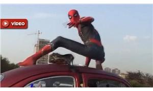 D-100 Karayolu'nda Spiderman sürprizi: 'Kolay gelsin' dedik, 'Selamünaleyküm' diye yanıt verdi