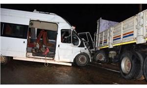 Orman işçilerini taşıyan minibüs ile kamyon çarpıştı: 15 yaralı