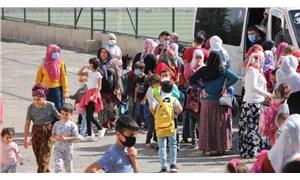Diyarbakır'ın yoksul mahallesindeki okul boşaltıldı: Parası olana servis olmayana yol çilesi