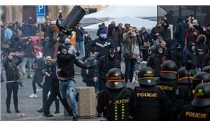 Prag'da koronavirüs tedbirlerini protesto eden taraftarlar polisle çatıştı