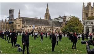 İngiltere'de 150 opera sanatçısı hükümetin sanata karşı tutumunu protesto etti