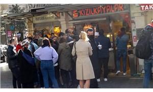 Taksim'de büfeler önünde sosyal mesafesiz yemek kalabalıkları