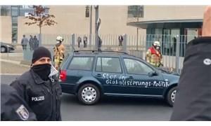 Almanya'da bir araba, Başbakanlık kapısına çarptı