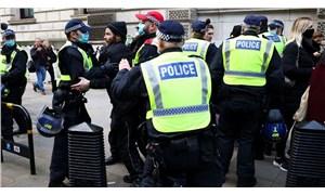 İngiltere'de aşı karşıtlarının yürüyüşüne polis müdahalesi