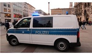 Almanya'da bir otomobil kalabalığa daldı: 2 ölü, 10 yaralı