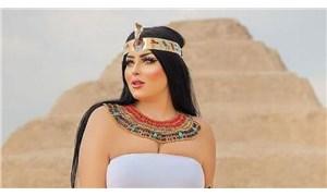 Piramidin önündeki fotoğraflar 'müstehcen' bulundu!