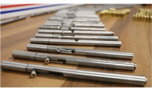 Denizli'de şüpheli bir araçtaki aramada 5 deste kalem suikast silahı ele geçirildi