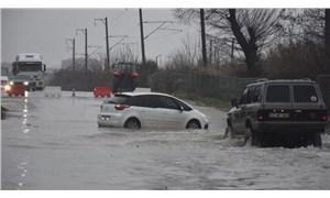 Edirne'de başlayan sağanak yağış yüzünden sokaklar göle döndü: Ev ve iş yerlerini su bastı