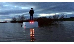 Tunca Nehri taştı, 1 kişi aracının üstünde mahsur kaldı