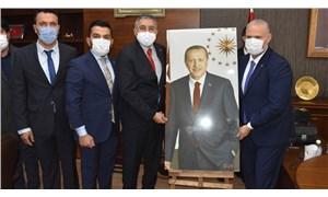 Menemen'de AKP'nin ilk icraatı, Erdoğan fotoğrafı oldu, '5 pare top atıldı'