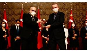 Yandaş medyanın hedefindeki isim Erdoğan'ın elinden ödül aldı