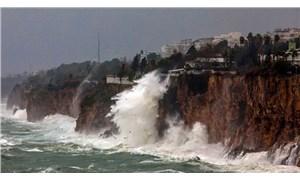 Antalya'da şiddetli rüzgar hayatı olumsuz etkiledi