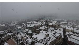 İstanbul beyaza büründü, kar yağışı sürüyor