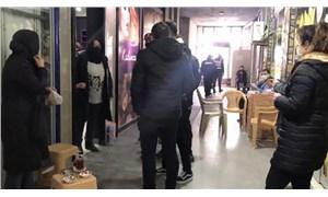 Dükkanın önünde çay içen 3 kadına ceza