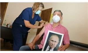 Arjantin'de bir belediye başkanı, elinde Putin portresiyle aşı oldu