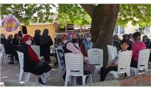 Meydandaki çınar ağacı gölgesi artık kadınların