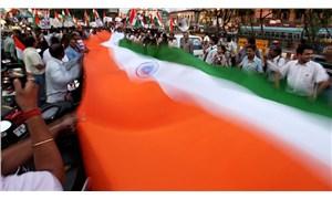 Hindistan'da kamu bankası çalışanları, hükümetin özelleştirme kararına karşı greve gitti
