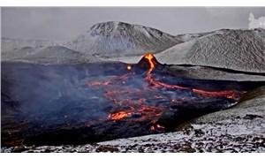 İzlanda'da 900 yıl sonra faaliyete geçen yanardağın patlama anı canlı yayınlanıyor