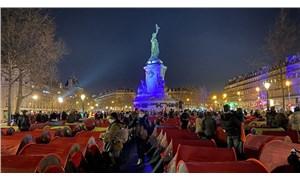 Paris'te mülteciler hükümete seslerini duyurabilmek için şehrin ortasına kamp kurdu