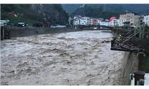Giresun'da HES'ten yapılan su tahliyesi sırasında işçiler akıntıya kapıldı: 1 ölü