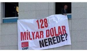 CHP'li Tanal, Meclis'e '128 milyar dolar nerede?' pankartı astı