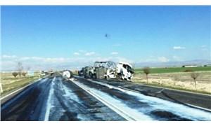 Süt tankeri yoldan çıktı, tonlarca süt etrafa saçıldı
