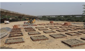 Hindistan'da Covid-19 salgını 'felaket' boyutunda: Krematoryumlarda yer kalmadı, ölüler sokaklarda yakılıyor!