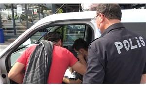 Plaj şortu ve havlusu ile yürüyen adam, ceza yazan polisten 'makas' aldı