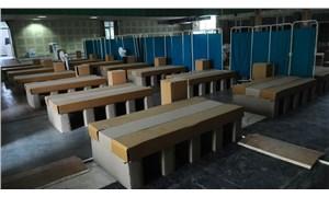 Vaka ve ölüm sayıları rekor düzeyde: Hindistan'da karton yataklı Covid-19 bakım merkezi kuruldu
