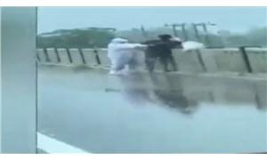 Hindistan'da yaşamını yitiren Covid-19 hastasını nehre atanlar kameralara yakalandı