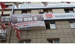 "CHP'den ""Mafyadan aylık 10 bin dolar alan siyasetçi kim?"" pankartı"