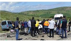 Sivas'ta otomobil ile hafif ticari araç çarpıştı: 9 kişi yaşamını yitirdi